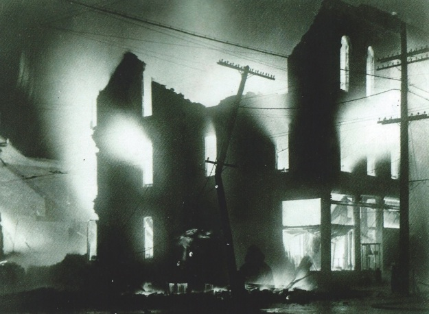 "Fire destroying the building known as the Rininger Block or the Horr Block, 1915. Photo courtesy of the Southern Lorain County Historical Society, ""The Spirit of '76"" Museum."